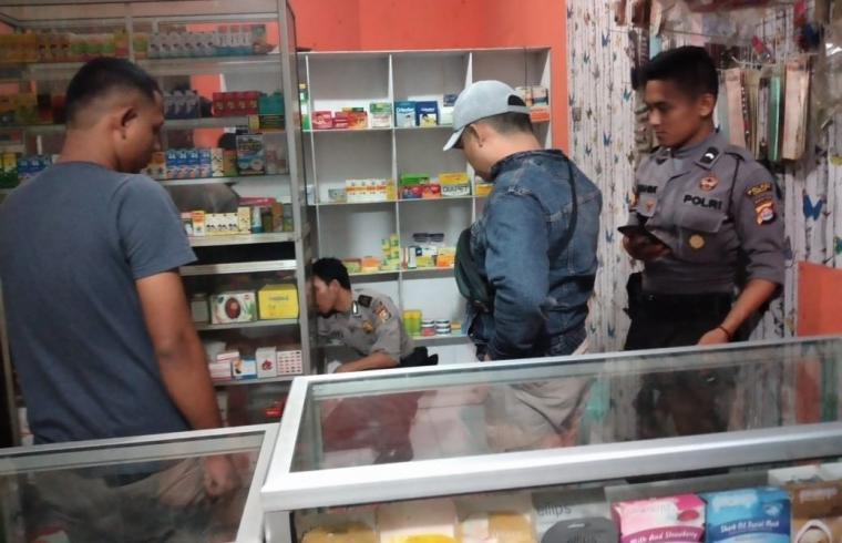 Petugaa dari TNI dan Polri saat menggerebek toko kosmetik yang menjual obat keras. (Foto: TitikNOL)