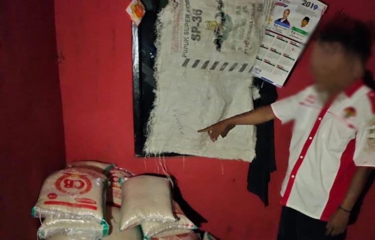 Barang bukti 44 karung beras program BPNT di Lebak yang ditemukan polisi di Posko Ormas dibilangan jalan baru Cipanas - Jasinga Bogor. (Foto: TitikNOL)