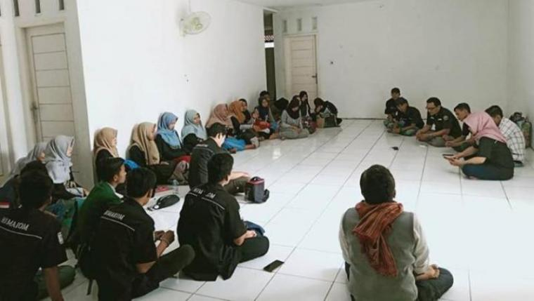 Himpunan Mahasiswa Ilmu Komunikasi (Himakom) Universitas Mathla'ul Anwar (Unma) Banten saat menggelar Latihan Kepemimpinan dan Pengukuhan (LKP) anggota baru organisasi. (Foto: TitikNOL)
