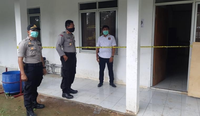 Tempat Kejadian Perkara (TKP) penemuan mayat di Mess karyawan di PT Sukses Ganda Lestari. (Foto: TitikNOL)