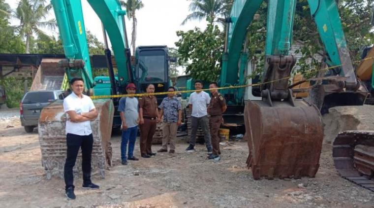 Pnyegelan kegiatan penambangan tanah urugan di Kampung Cibuntu, Desa Parakan, Kecamatan Jawilan, Kabupaten Serang. (Foto: TitikNOL)