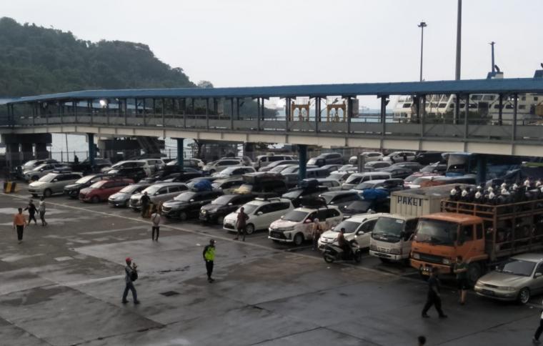 Antrean kendaraan pribadi di Pelabuhan Merak. (Foto: TitikNOL)