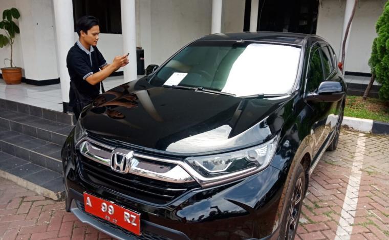 Mobil dinas Sekda Kota Cilegon yang menunggak pembayaran pajak. (Foto: TitikNOL)