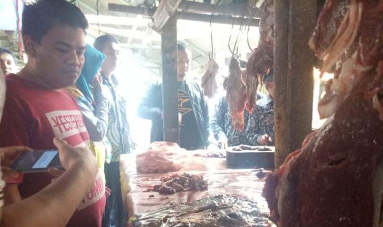 Pemantauan harga dan ketersediaan barang kebutuhan pokok di pasar tradisional di Kecamatan Petir, Kabupaten Serang., Kamis (19/12/2019). (Foto: TitikNOL)