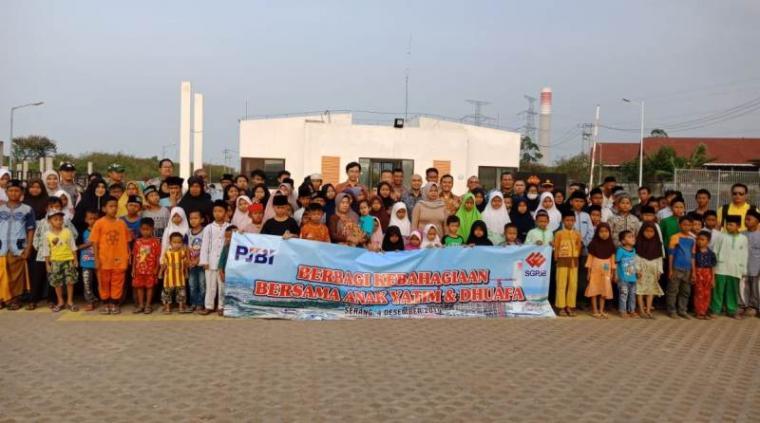 Jajaran manajemen PT SGPJB foto bersama dengan anak yatim dan kaum dhuafa yang menerima santunan. (Foto: TitikNOL)