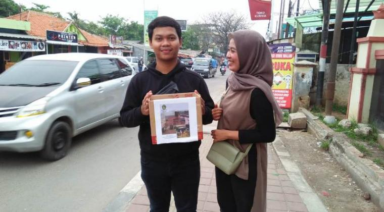 Aktivis dari Keluarga Mahasiswa Lebak (Kumala) Perwakilan Serang saat melakukan penggalangan dana disalah satu jalan protok di Kota Serang. (Foto: TitikNOL)