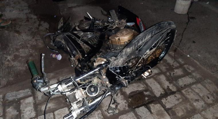 Kondisi sepeda motor Suzuki Satria yang terlibat tabrakan di Jalan Raya Merak - Cilegon yang menewaskan Rizki. (Istimewa).