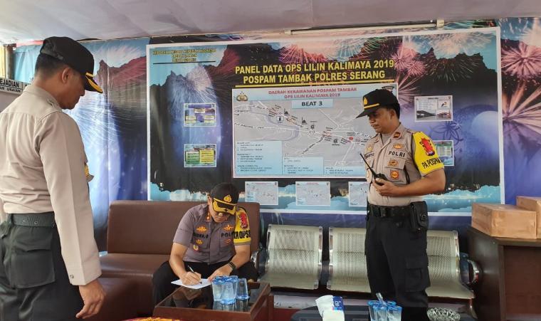 Kapolres Serang AKBP Indra Gunawan bersama Wakapolres Kompol Agung Cahyono mengunjungi pos pengamanan dan pelayanan (pos pam) di jalur yang dilintasi pemudik dan wisatawan di wilayah hukum Polres Serang. (Foto: TitikNOL)