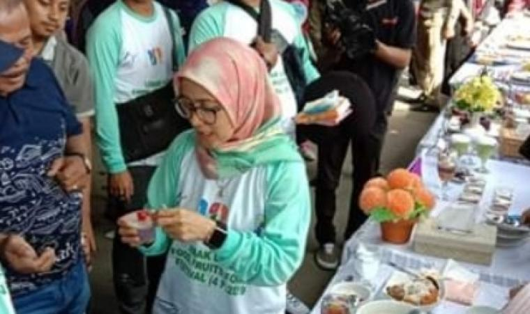 Bupati Lebak Iti Octavia Jayabaya tengah mencicipi makanan khas Lebak. (Foto: TitikNOL)
