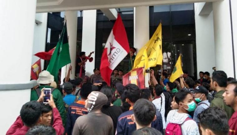 Aksi unjukrasa sejumlah mahasiswa di depan Kantor Bupati Pandeglang. (Foto: TitikNOL)