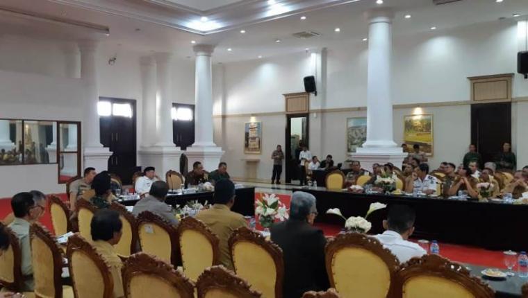 Suasana rapat koordinasi bersama Forkopimda di Pendopo Gubernur Banten, KP3B, Kota Serang, Senin (23/12/2019). (Foto: TitikNOL)