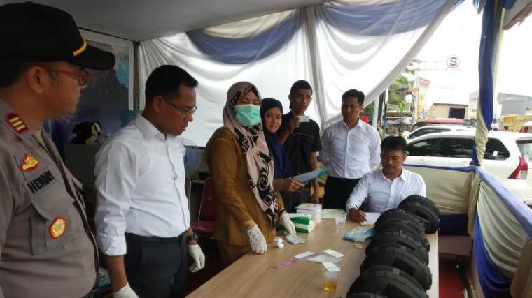 Tes urine terhadap pengemudi angkutan umum (angkum) dalam kota yang dilaksanakan Satuan Reskrim Narkoba, Satlantas dan Urkes Polres Serang bekerjasama Dinas Kesehatan Kabupaten Serang. (Foto: TitikNOL)