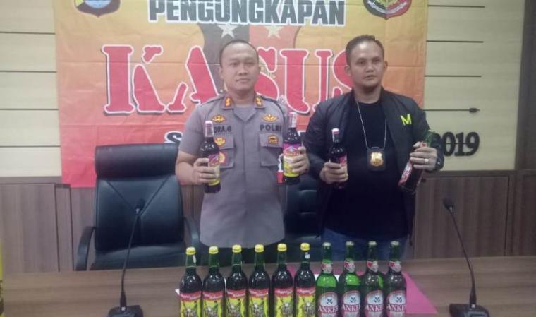 Kapolres Serang, AKBP Indra Gunawan didampingi Kasatreskrim AKP Maryadi menunjukan barang bukti miras hasil operasi Sikat Kalimaya saat ekspose di Mapolres Serang, Kamis (12/12/2019). (Foto: TitikNOL)
