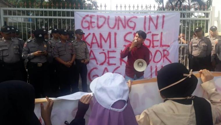 Aksi unjukrasa mahasiswa di depan Pusat Pemerintahan Kota (Puspemkot) Serang. Kamis, (04/12/2019). (Foto: TitikNOL)