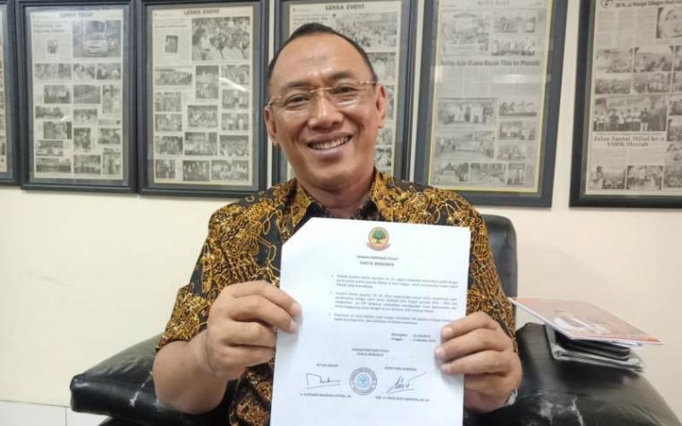 Helldy Agustian menunjukan surat kuasa penuh dari DPP Partai Berkarya terkait Pilkada Cilegon. (Foto: TitikNOL)