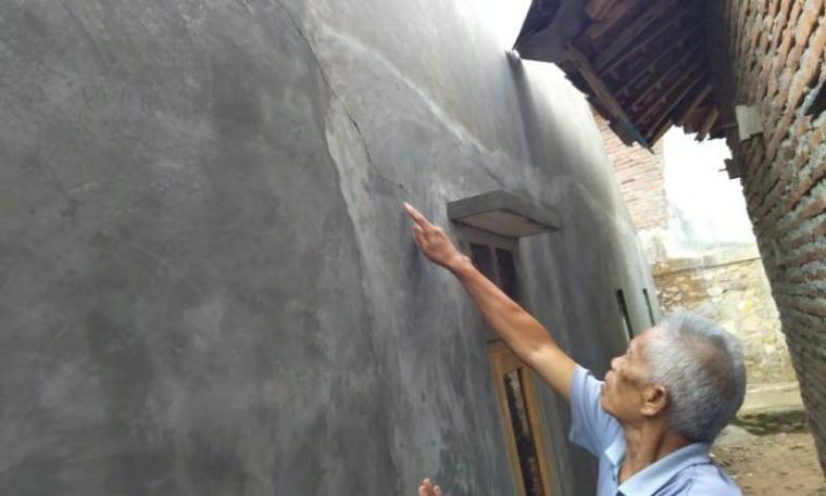 Salah satu warga saat menunjukan kerusakan akibat peledakan bahan baku semen. (Foto: TitikNOL)