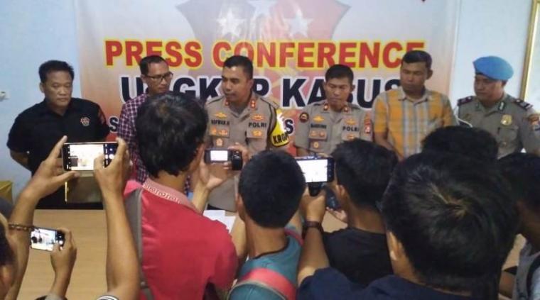 Kapolres Pandeglang, AKBP Sofwan Hermanto didampimgi Kasatreskrim AKP Ambarita saat menggelar ekspose, Selasa (3/12/2019).