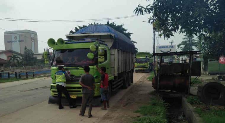 Personil Satlantas Polres Serang tengah melakukan penindakan terhadap pengemudi Odol di jalur Cirabit, Senin (16/12/2019). (Foto: TitikNOL)