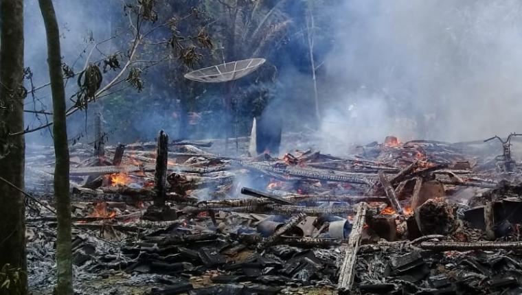Kebakaran yang terjadi di Kampung Kolelet, Desa Cikadongdong, Kecamatan Cikeusik, Kabupaten Pandeglang. (Foto: TitikNOL)