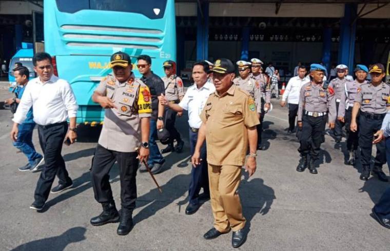 Walikota Cilegon, Edi Ariadi saat memantau persiapan angkutan Nataru di Terminal Terpadu Merak. (Foto: TitikNOL)
