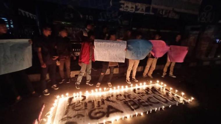 Aksi unjukrasa Puluhan mahasiswa yang tergabung dalam Himpunan Mahasiswa Teknik Lingkungan (HMTL) Universitas Banten Jaya (Unbaja). (Foto: TitikNOL)