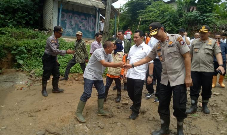 Kabareskrim Mabes Polri Komisaris Jenderal Pol Listyo Sigit Prabowo, saat kunjungi korban bencana banjir bandang dan tanah longsor di Kabupaten Lebak. (Foto: TitikNOL)