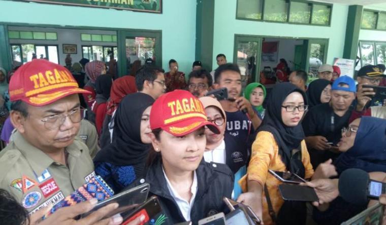 Istri Menteri Sosial (Mensos) Republik Indonesia Grace Batubara saat kunjungi korban bencana banjir bandang dan tanah longsor di Kabupaten Lebak. (Foto: TitikNOL)
