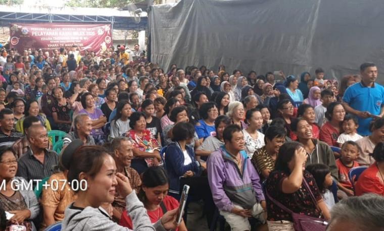 Sejumlah warga mengantre untuk menerima bantuan sembako dan angpau dari Lions Club Internasional. (Foto: TitikNOL)