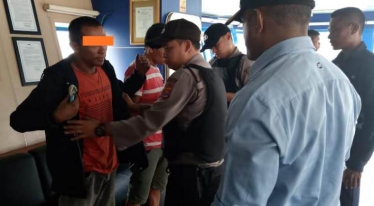 Petugas KSKP Merak saat mengamankan dua orang diduga pelaku pencurian di atad kapal KMP Batu Mandi. (Istimewa).