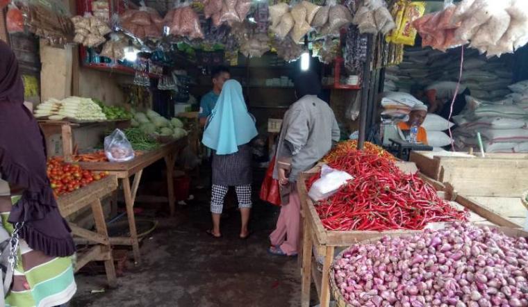 Salah satu pedagang bumbu dapur di Pasar Induk Rau (PIR) Kota Serang. (Foto: TitikNOL)