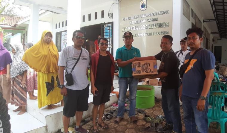 Pokja Wartawan Cilegon serahkan bantuan kepada korban banjir bandang di Desa Sajiramerak, Kabupaten Lebak, Banten. (Foto: TitikNOL)
