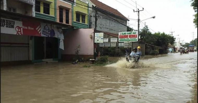 Banjir di Lingkungan Pintu Air, Kelurahan Kubangsari, Kecamatan Ciwandan. (Foto: TitikNOL)