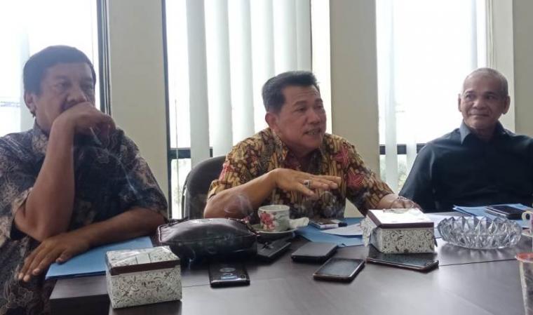 Direktur Utama PT PCM , Arif Rivai Madawi (tengah) , Direktur Operasional dan Komersil PT PCM, Akmal Firmansyah (kiri) dan Komisaris PT PCM, Abdul Hakim Lubis (kanan) saat memberikan keterangan kepada awak media terkaig keluarnya surat dari Kemenhub untuk pembangunan Pelabuhan Warnasari. (Foto: TitikNOL)