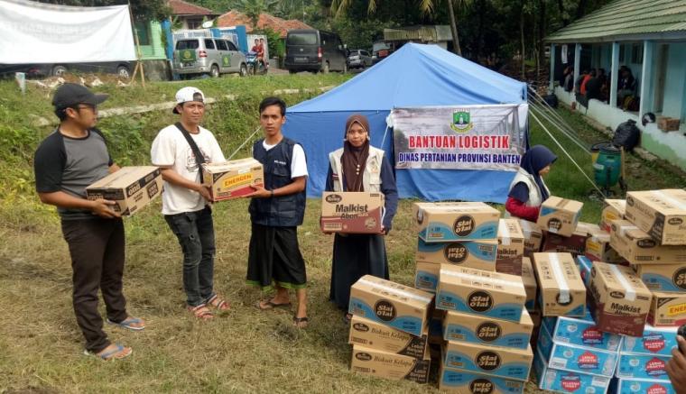Penyerahan bantuan bencana banjir bandang dan tanah longsor yang menimpa beberapa wilayah di Kabupaten Lebak. (Foto: TitikNOL)