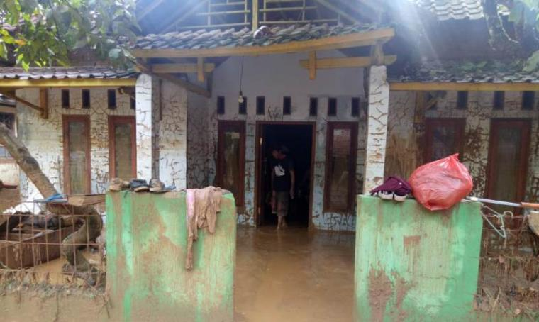 Kondisi salah satu rumah warga yang terkena dampak banjir bandang. (Foto: TitikNOL)