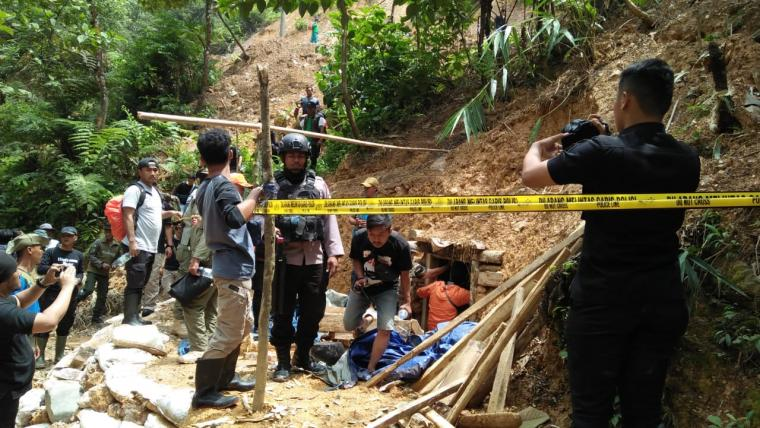 Penertiban lubang PETI dan pemberian garis polisi di wilayah TNGHS Kabupaten Lebak. (Foto: TitikNOL)