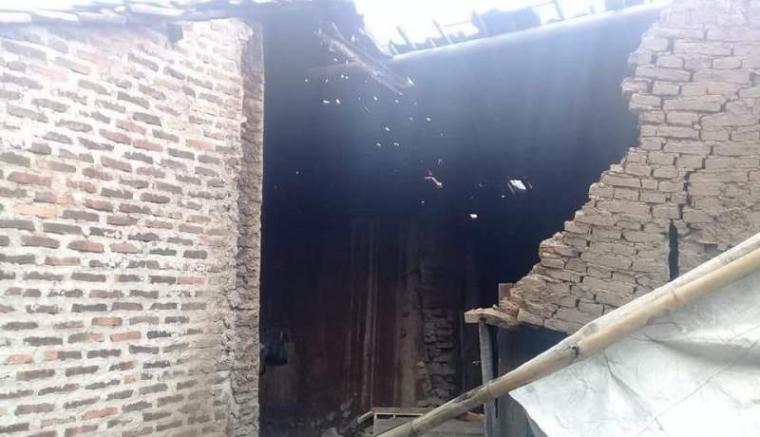Dinding rumah roboh yang menimpa Marsiyah (70), warga asal Lemah Abang, RT 014, RW 003, Kelurahan Warung Jaud, Kecamatan Kasemen, Kota Serang. (Foto: TitikNOL)