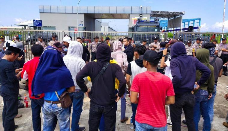 Warga Warnasari dan Rawa Arum saat melakukan aksi unjuk rasa di PT KOS. (Foto: TitikNOL)