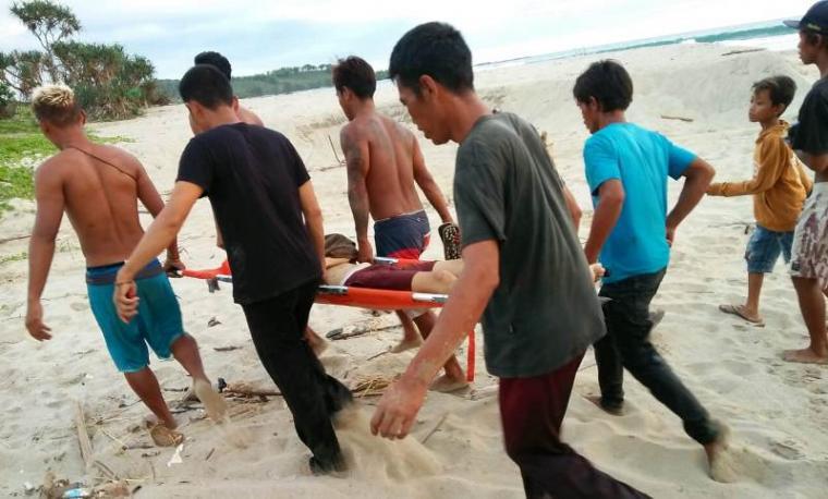 Evakuasi korban tenggelam di pantai Ciatir, Desa Sawarna, Kecamatan Bayah, Kabupaten Lebak. (Foto: TitikNOL)