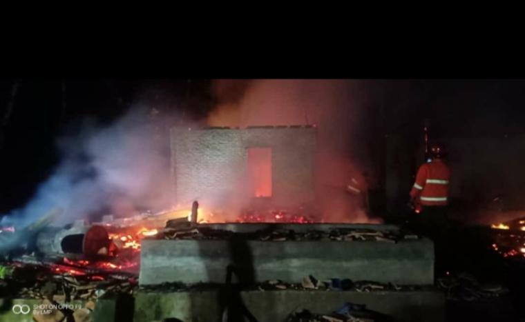 Api membakar rumah di Kampung Cilengsir RT 05/RW 13, Desa Banjsari, Kecamatan Warunggunung. (Foto: Ist)