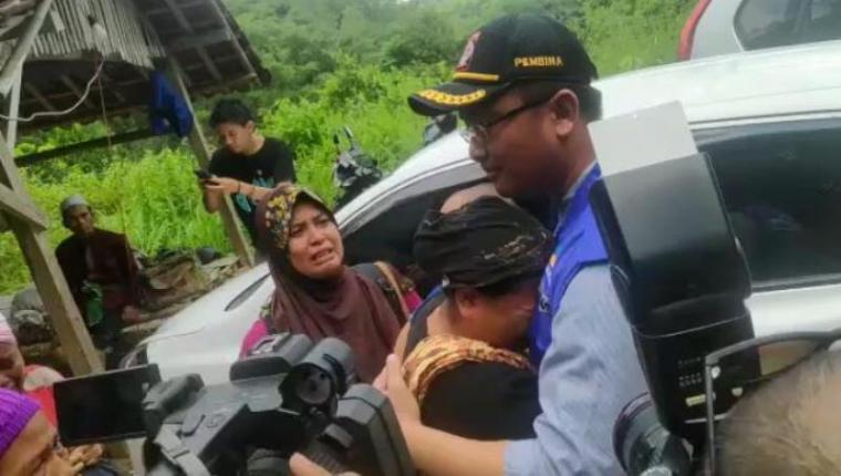 Wakil Gubernur Banten Andika Hazrumy saat kunjungi korban bencan banjir bandan di Kecamatan Sajira, Kabupaten Lebak. (Foto: TitikNOL)