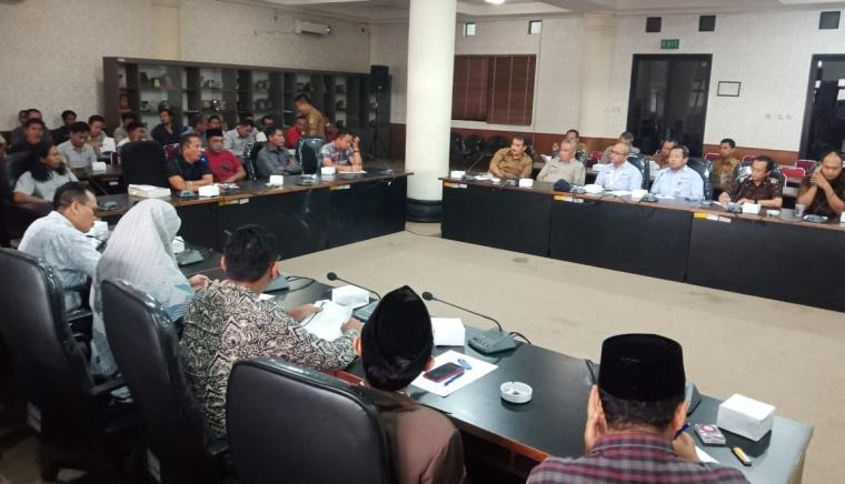 Hearing Komisi II DPRD Kota Cilegon dengan Disnaker Kota Cilegon, PT SRI dan masyarakat Gunung Sugih. (Foto: TitikNOL)