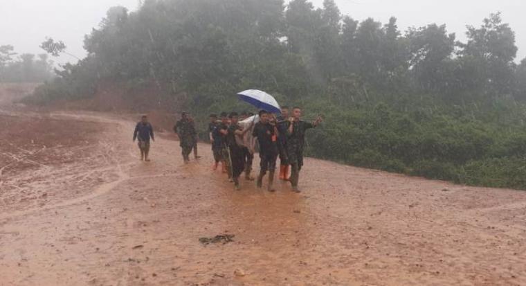 Sejumlah anggota TNI Yonif 320 Badak Putih saat evakuasi korban longsor. (Foto: TitikNOL)