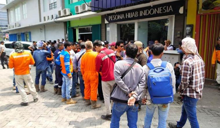 Buruh mendatangi kantor PT Winteco Indonesia menanyakan gaji mereka yang belum dibayarkan oleh perusahaan. (Foto: TitikNOL)