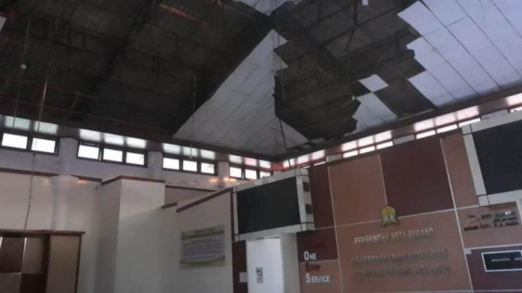 Atap gedung kantor Dinas Penanaman Modal dan Pelayanan Terpadu Satu Pintu (DPMPTSP). (Foto: TitikNOL)