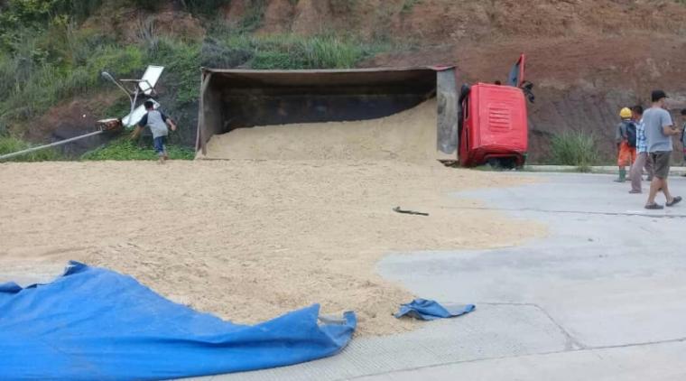 Truk bermuatan pasir yang terguling di ruas Jl. Raya Sawarna Bayah-Cilograng, Kabupaten Lebak. (Foto: TitikNOL)