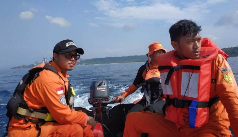 Basarnas Banten saat evakuasi korban tenggelam di pantai Ciatir, Desa Sawarna, Kecamatan Bayah, Kabupaten Lebak. (Foto: Basarnas Banten)