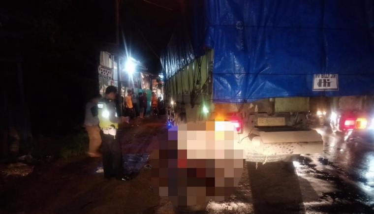 Pengendara sepeda motor terlindas truk tronton di Jalan Raya Cilegon-Anyer. (Istimewa).