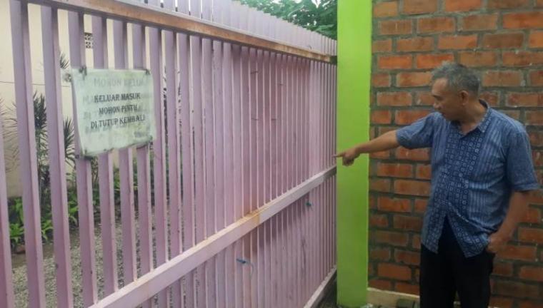 Darsi Gumay, pemilik Kost putri saat menunjukan tempat pria yang memamerkan alat kelamin sambil onani. (Foto: TitikNOL)