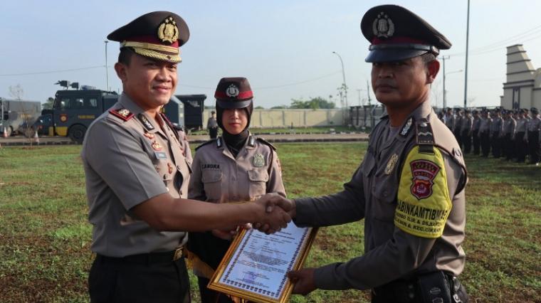 Penyerahan penghargaan di halaman Mapolres Serang. (Foto: TitikNOL)
